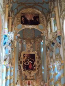 """Prezbiterium z ołtarzem: """"Śmierć św. Cecylii"""", autorstwa Michelangela Merisi da Caravaggia oraz krzyżem i herbem Wazów"""